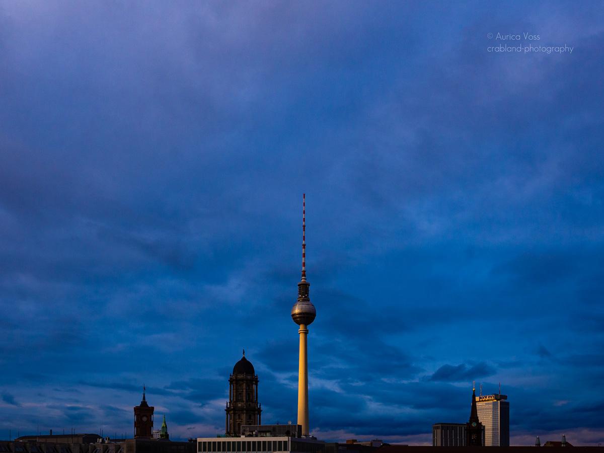 Berliner Fernsehturm und Skyline in der blauen Stunde