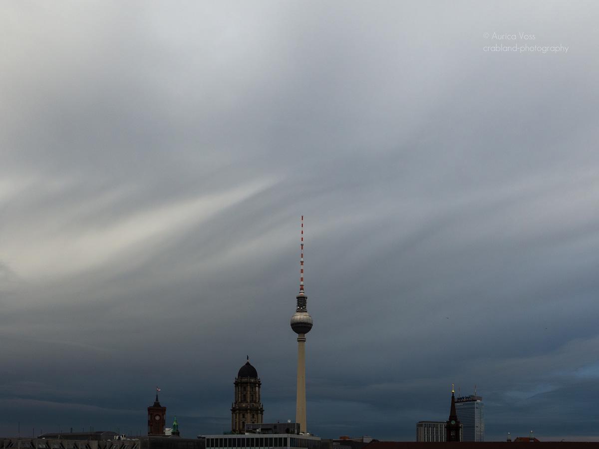 Berliner Fernsehturm und Skyline mit Gewitterwolken