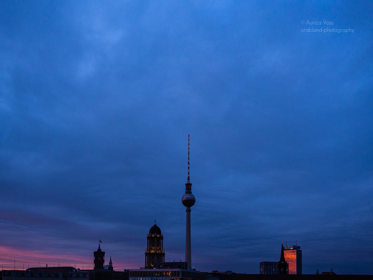 Berliner Fernsehturm und Skyline im Sonnenuntergang mit Wolken