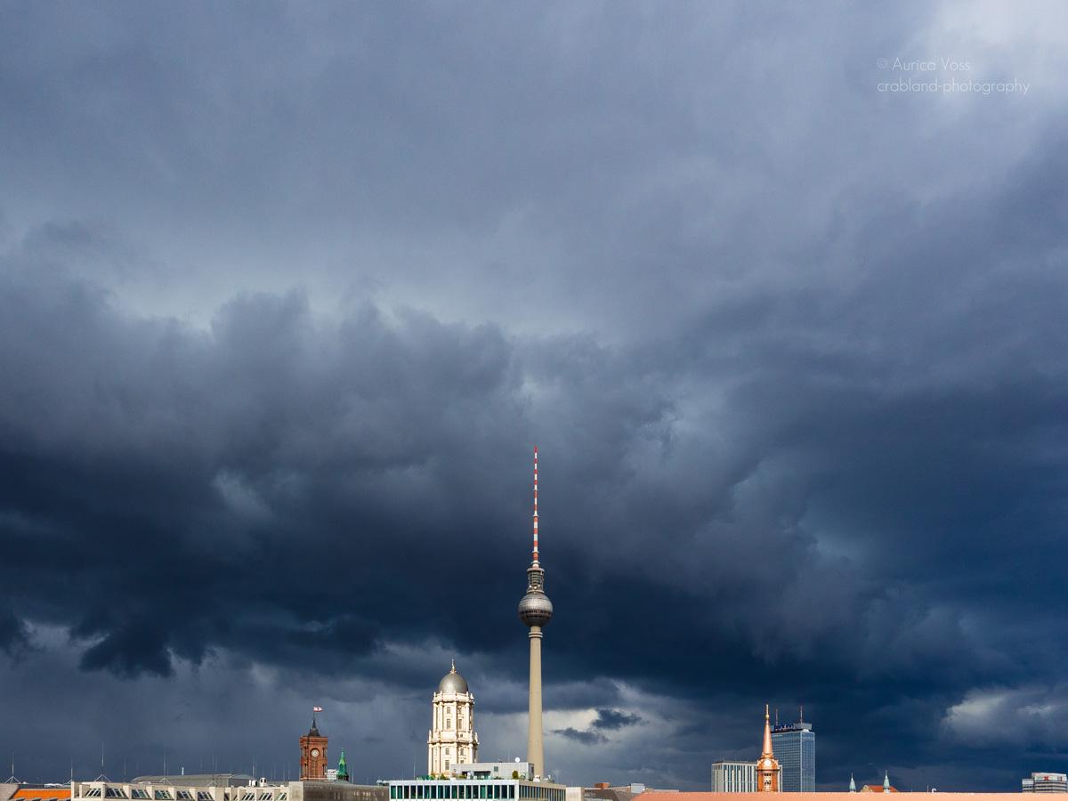 Berliner Fernsehturm und Skyline im Gewitter