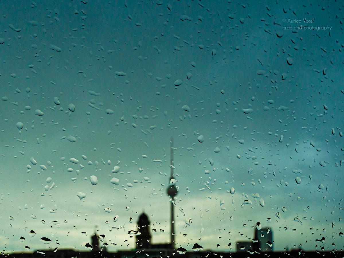 Berliner Fernsehturm und Skyline im Sonnenuntergang mit Regen