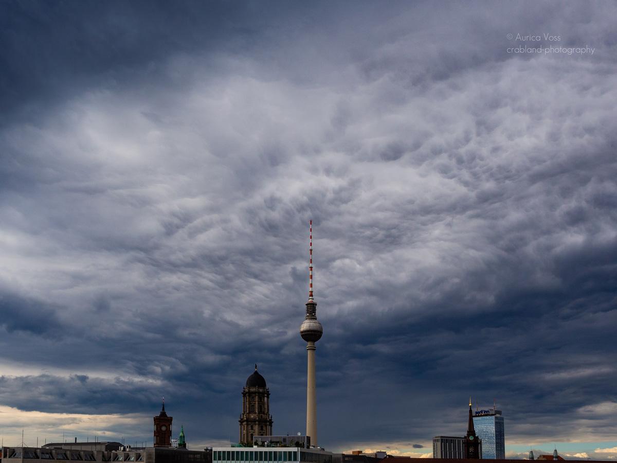 Berliner Fernsehturm und Skyline im Gewitter.